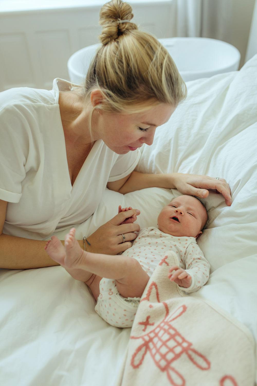 Mutter mit Baby im Familienbett