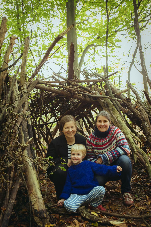 Mamas und ihr Sohn am Tippi im Wald