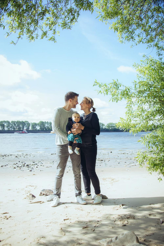 Paar mit Kleinkind am Elbstrand in Hamburg