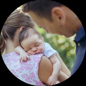 Man merkt sofort, dass sie selbst Mutter ist und super toll mit Kindern und vor allem Neugeborenen umgehen kann und sich auf die Bedürfnisse von Kindern einstellen kann. Sie hat einen tollen Blick für wunderschöne Familienfotos. Wer nicht die Standardfotos aus den bekannten Fotostudios möchte ist bei ihr goldrichtig. – Dagmar