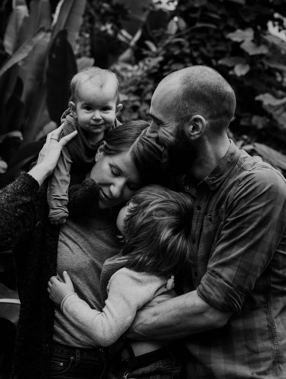 Familienportrait mit zwei Kindern im Tropenhaus, ganz viel Nähe und Vertrauen