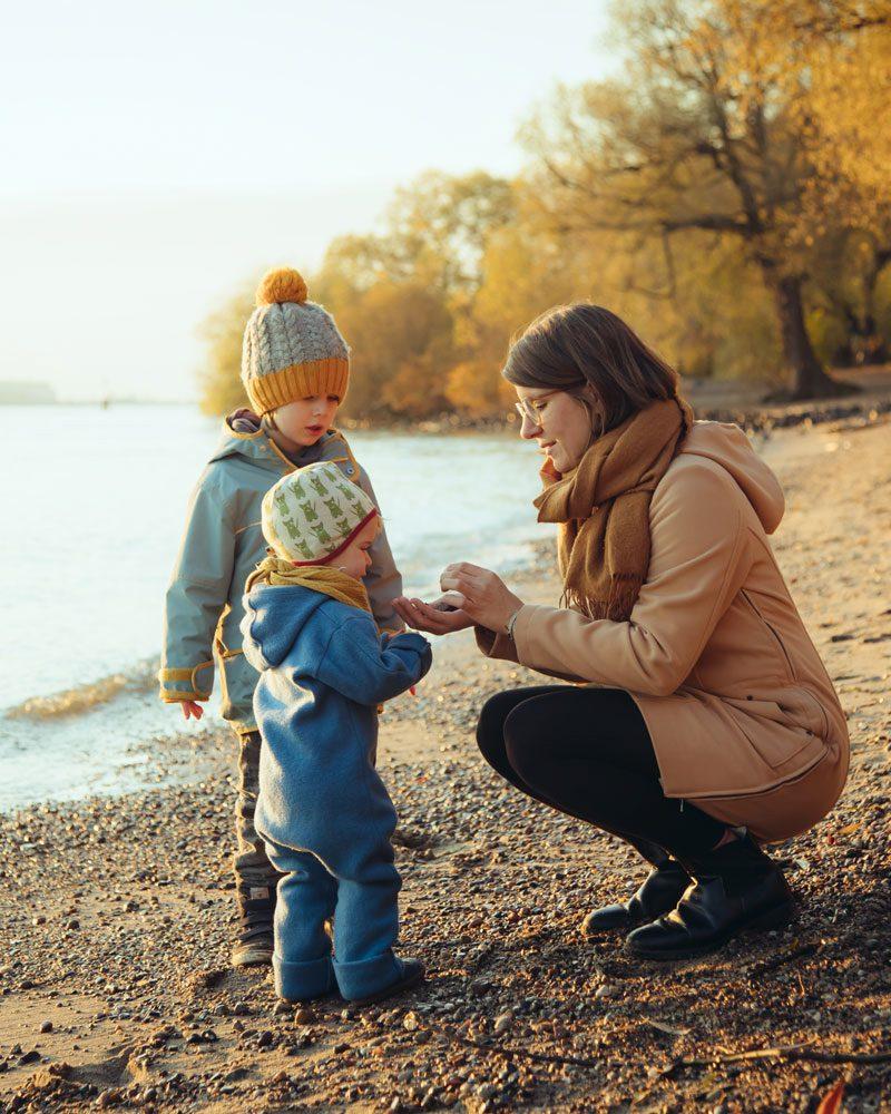 Sandra Birkner mit ihren zwei Kindern am Elbstrand