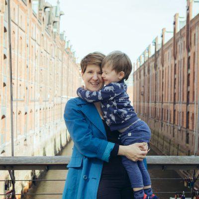 Sandra Birkner mit ihrem Sohn in der Speicherstadt Hamburg
