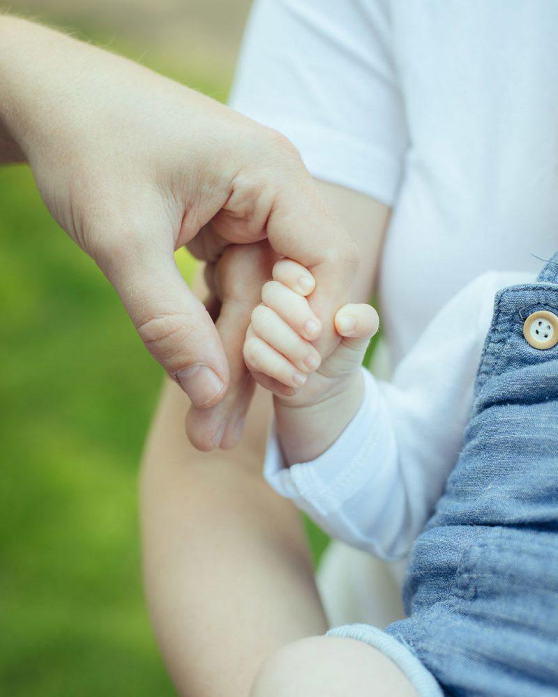 Baby hält Papas Hand fest, Closeup