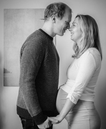 Paar, schwanger, verliebter Blick